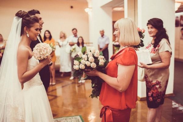поздравить с бракосочетанием дочери знакомую своими словами