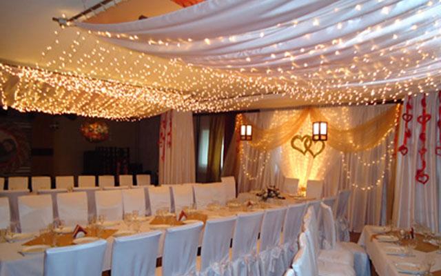 Скромное украшение свадебного зала